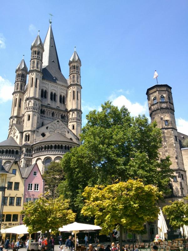 Kölner Fischmarkt mit Blick auf Groß St. Martin und das Stapelhaus