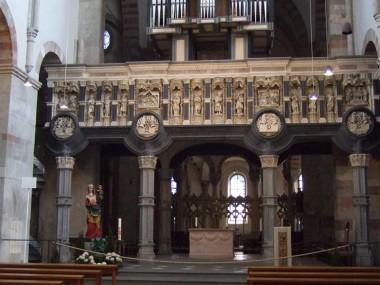 Blick in die romanische Kirche Maria im Kapitol mit Lettner und Orgel