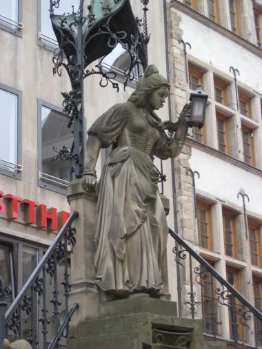 Schneiderin am Heinzelmännchenbrunnen