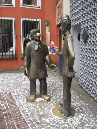 Tünnes und Schäl als Bronzefiguren vor einem Haus in der Kölner Altstadt